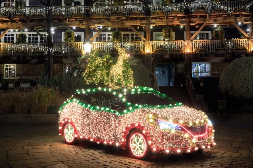 Nissan Leaf превратили в рождественскую елку